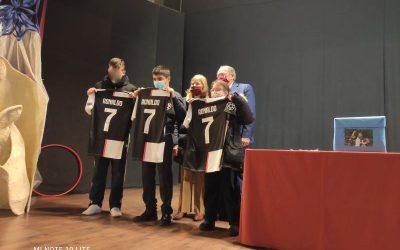 Alumnos del colegio, premiados con camisetas firmadas por Cristiano Ronaldo