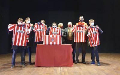 Alumnos recibieron camisetas del Atlético de Madrid