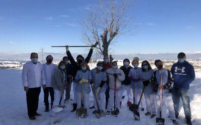 Profesores y personal del colegio retiran nieve